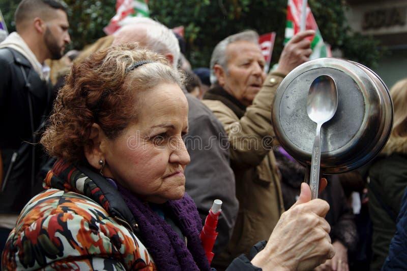 Gente en una demostración en nombre de las pensiones públicas 30 imagen de archivo