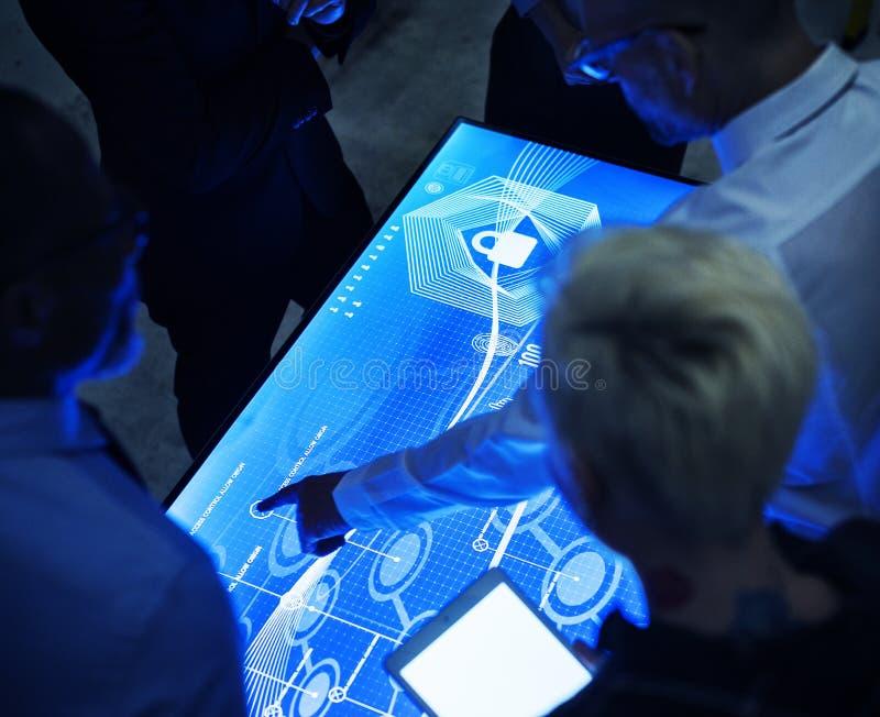 Gente en una reunión cibernética del espacio de la tecnología imagen de archivo libre de regalías