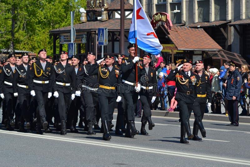 Gente en uniforme en la demostración en honor de Victory Day encendido imagen de archivo