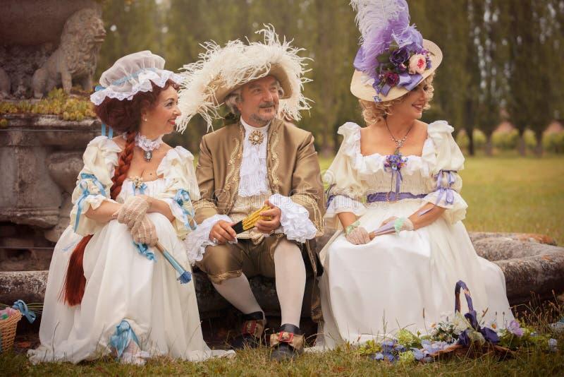 Gente en vestido victoriano fotografía de archivo