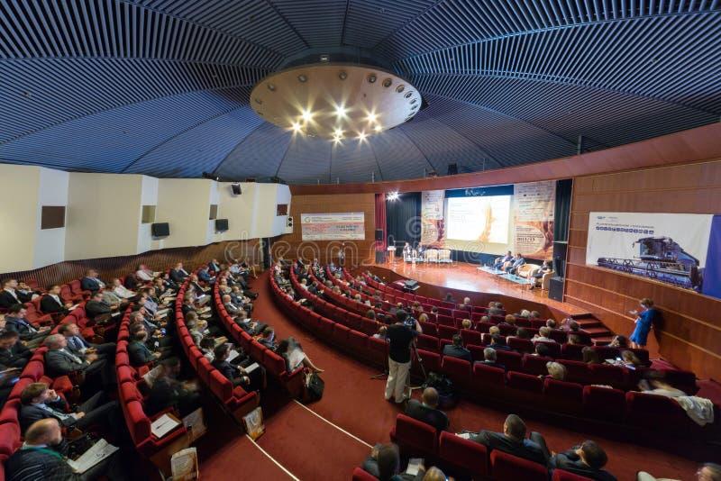 Gente en XVIII el grano y las semillas oleaginosas 2012/2013 del Mar Negro de la Conferencia Internacional fotos de archivo