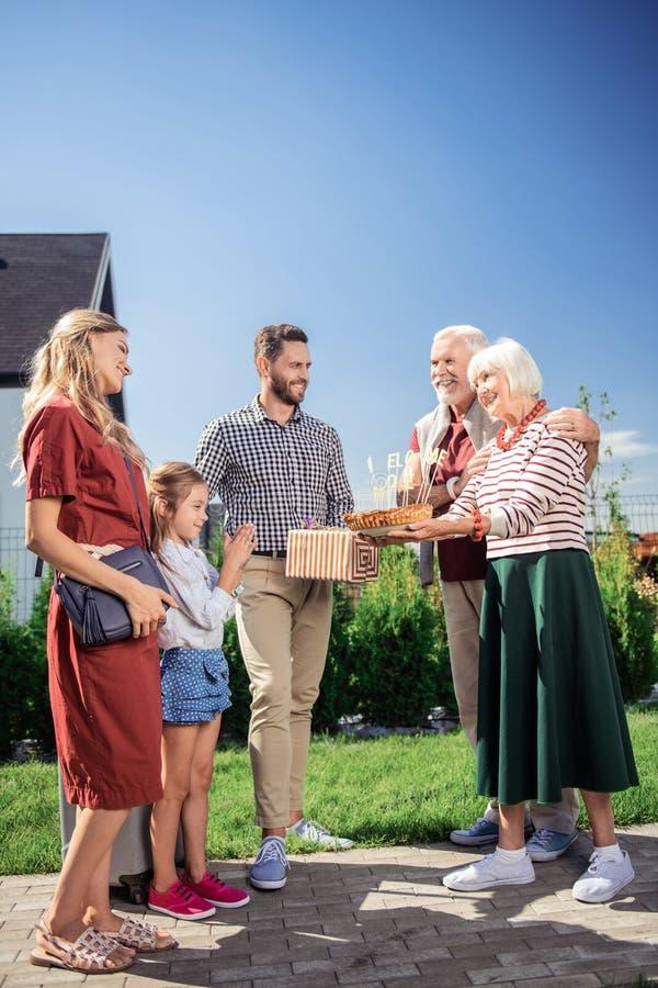 Gente encantada que va a celebrar día de la acción de gracias imagen de archivo libre de regalías