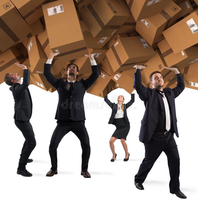 Gente enterrada por una pila de cajas de cartón Concepto de apego de las compras de Internet imagenes de archivo