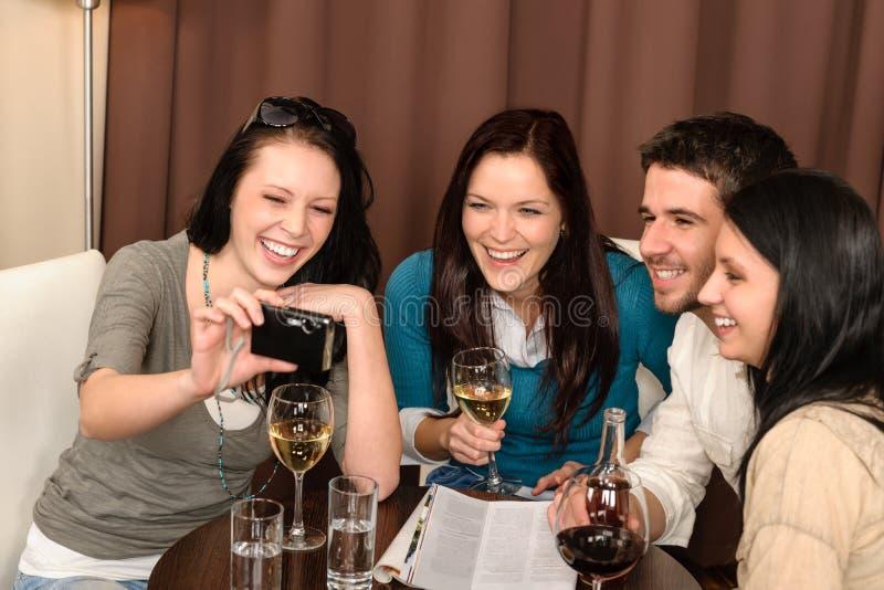 Gente felice che ha bevanda di divertimento al ristorante immagine stock