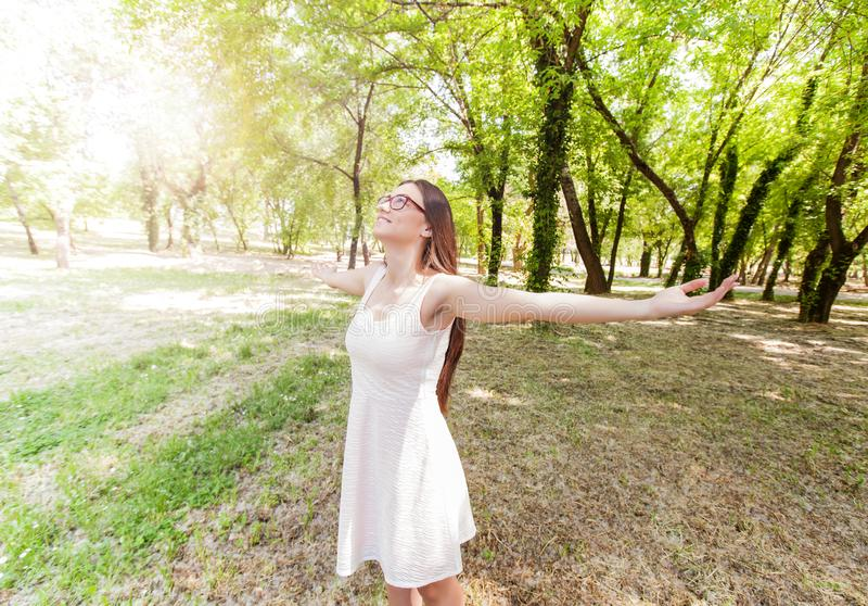 Gente felice libera all'aperto immagini stock libere da diritti