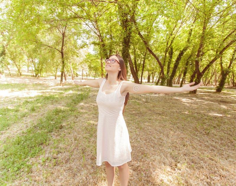 Gente felice libera all'aperto fotografie stock libere da diritti