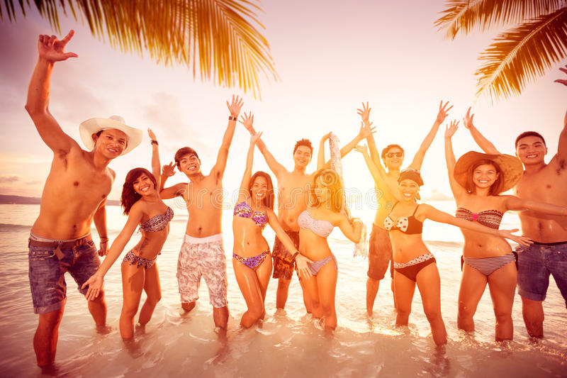 Gente felice sulla spiaggia immagine stock