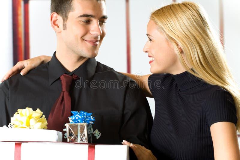Gente feliz con los regalos fotos de archivo
