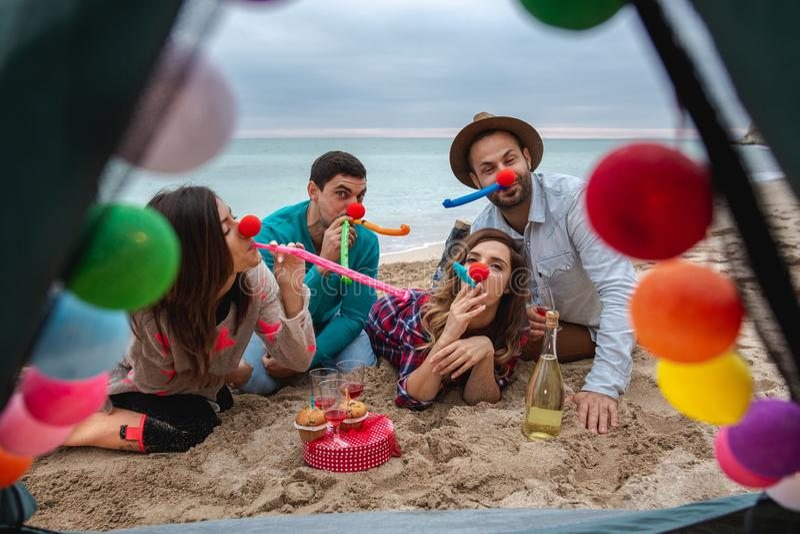 Gente feliz El partido del Año Nuevo en la playa imagen de archivo