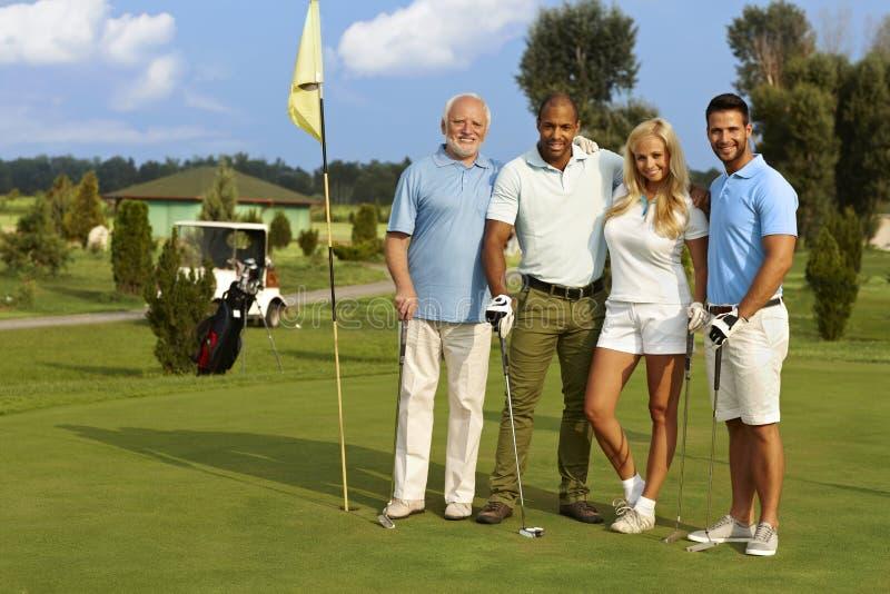 Gente feliz en campo de golf foto de archivo