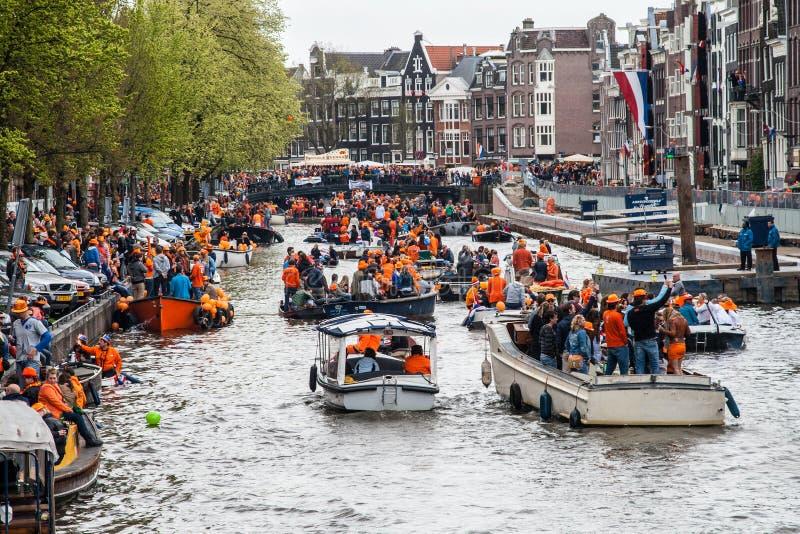 Gente feliz en el barco en Koninginnedag 2013 imagen de archivo libre de regalías