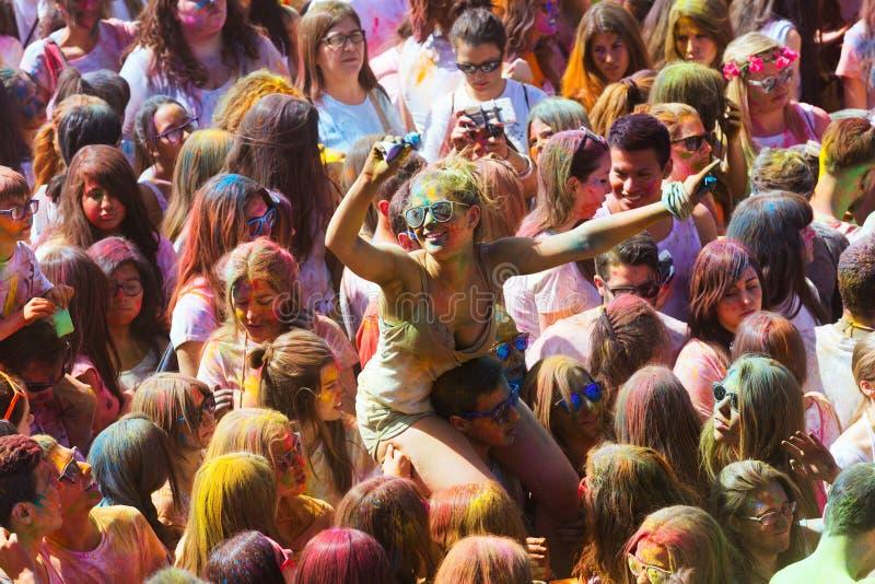 Gente feliz en el festival de los colores Holi imagenes de archivo
