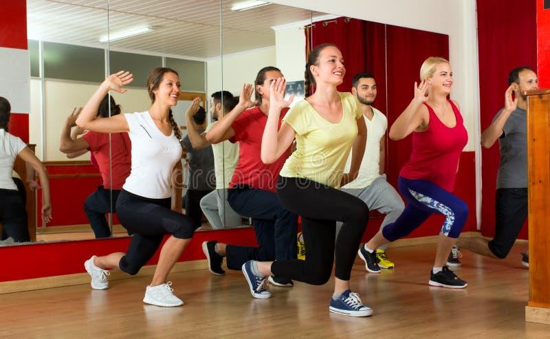 Gente feliz que baila en gimnasio fotos de archivo