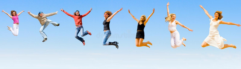 Gente feliz que salta con alegría foto de archivo