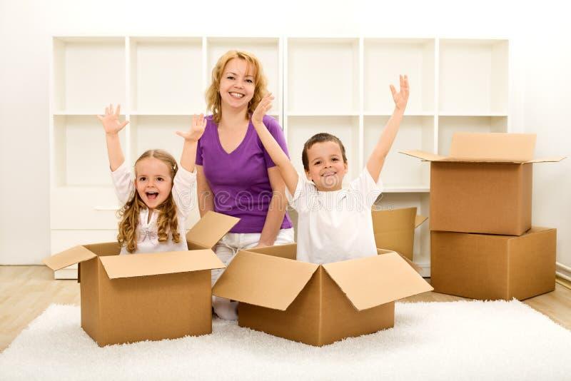 Gente feliz que se mueve en un nuevo hogar imágenes de archivo libres de regalías