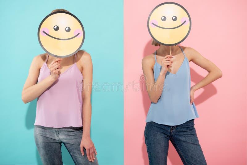 Gente femminile di buon umore che è nell'umore divertente fotografia stock