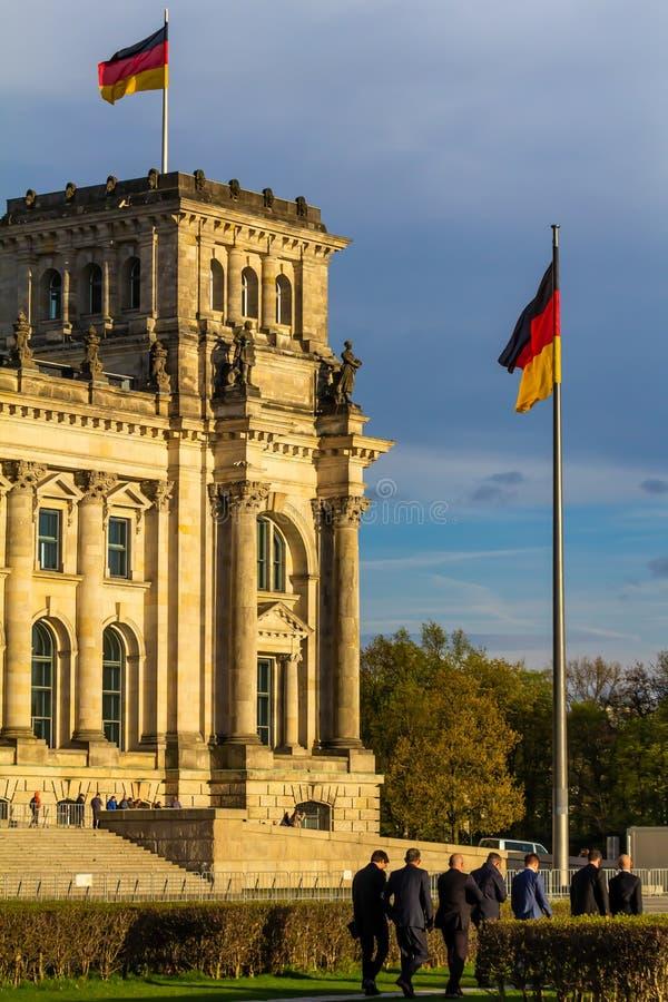 Gente formalmente vestida que va al parlamento alemán imágenes de archivo libres de regalías