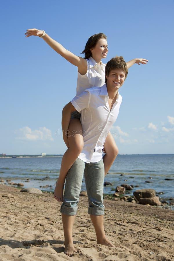 Gente hermosa en amor en la playa foto de archivo
