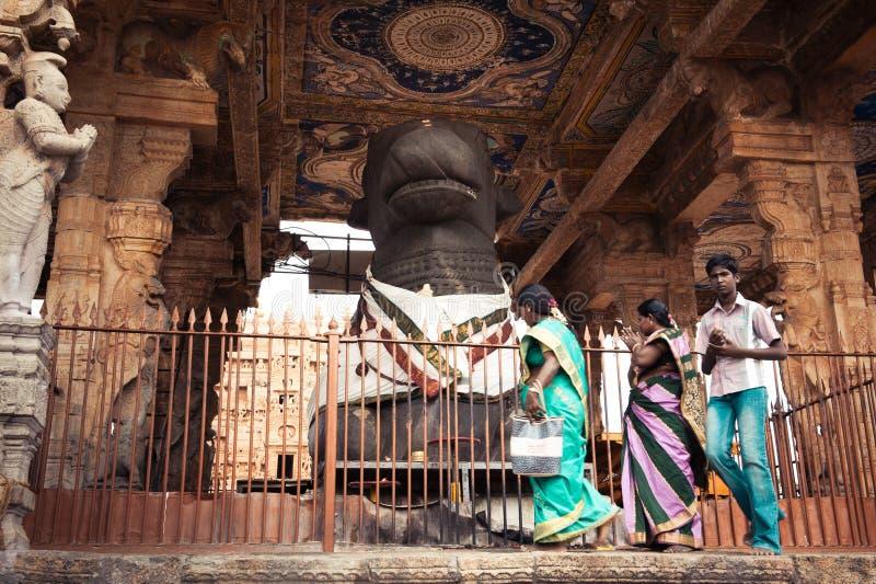 Gente india en el templo de Brihadeeswarar. India fotos de archivo libres de regalías