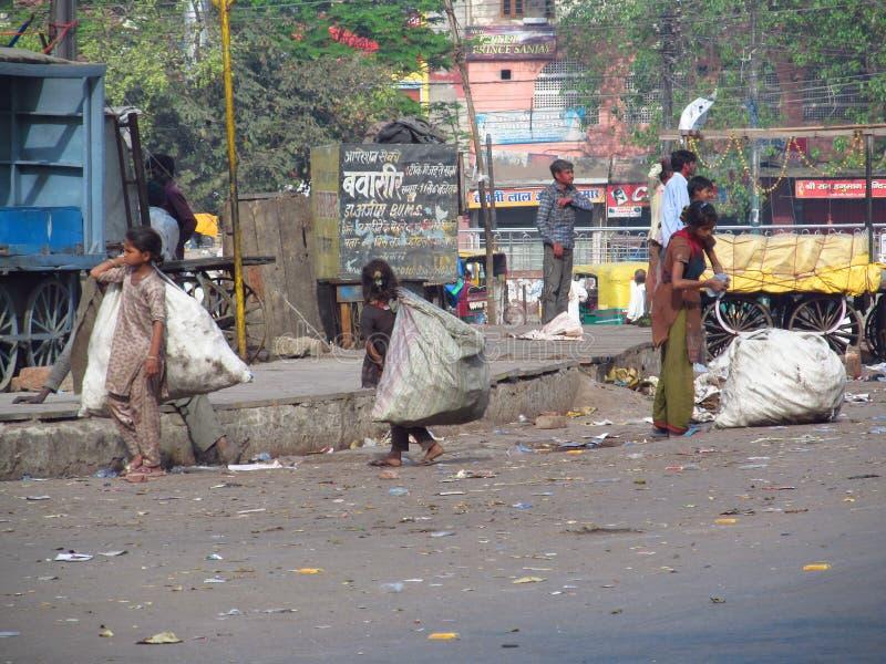 Gente india pobre que vive en una cabaña en los tugurios de la ciudad foto de archivo libre de regalías