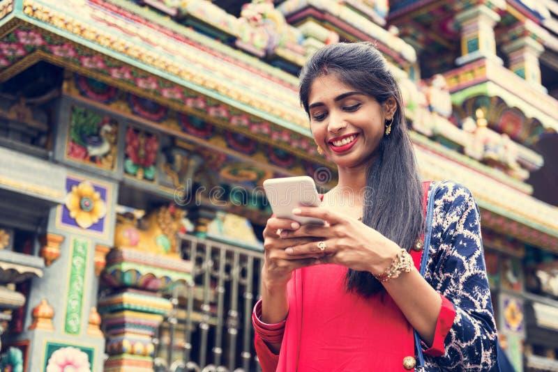Gente india que usa el teléfono móvil imágenes de archivo libres de regalías