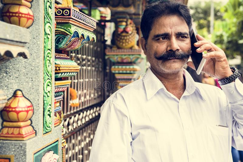 Gente india que usa el teléfono móvil foto de archivo