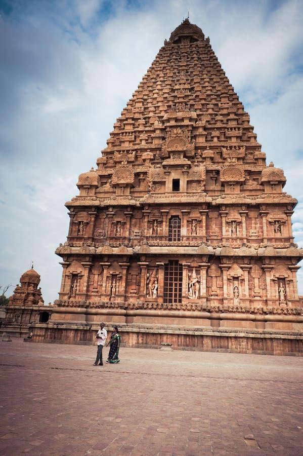 Gente india que visita y que ruega en el templo de Brihadeeswarar La India, Tamil Nadu, Thanjavur (Trichy) foto de archivo