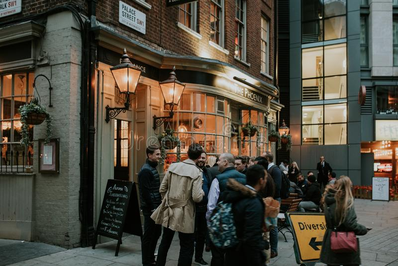Gente inglesa que bebe en una terraza de la taberna foto de archivo libre de regalías