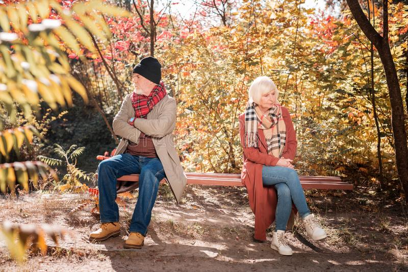 Gente invecchiata triste che è arrabbiata a vicenda fotografie stock libere da diritti