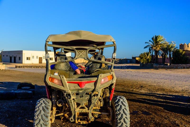 Gente irriconoscibile in carrozzino durante il viaggio di safari in deserto arabo non lontano dalla citt? di Hurghada, Egitto immagine stock libera da diritti