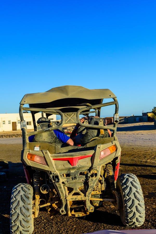 Gente irriconoscibile in carrozzino durante il viaggio di safari in deserto arabo non lontano dalla citt? di Hurghada, Egitto fotografie stock libere da diritti