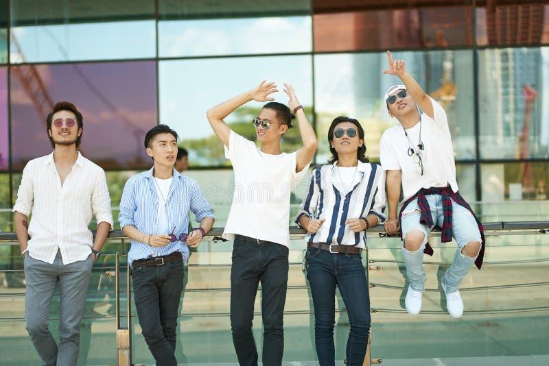 Gente joven asiática que cuelga hacia fuera en la calle foto de archivo