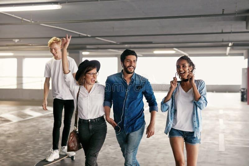 Gente joven atractiva en ropa de moda casual en el aparcamiento fotografía de archivo