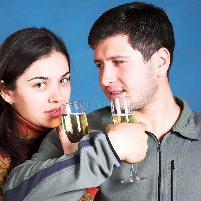 Gente joven con los vidrios del champán fotos de archivo libres de regalías