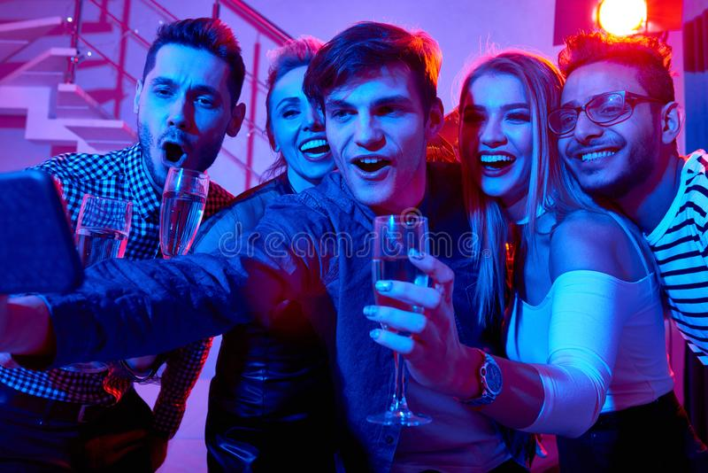 Gente joven emocionada que toma Selfie en el partido imagenes de archivo