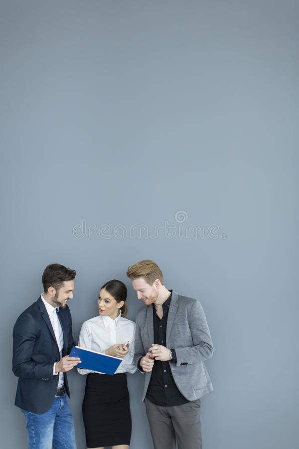 Gente joven en la oficina foto de archivo