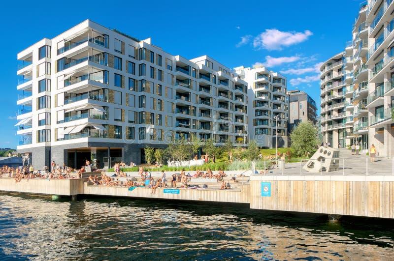 Gente joven en la playa artificial en el distrito moderno Oslo, Noruega imágenes de archivo libres de regalías