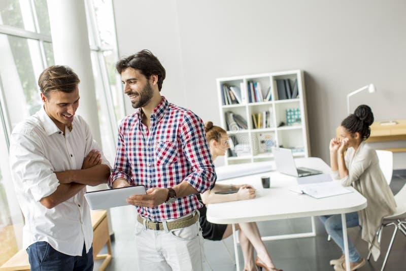 Gente joven en oficina imagen de archivo