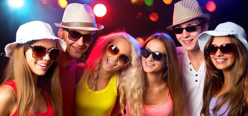 Gente joven feliz en el partido foto de archivo libre de regalías