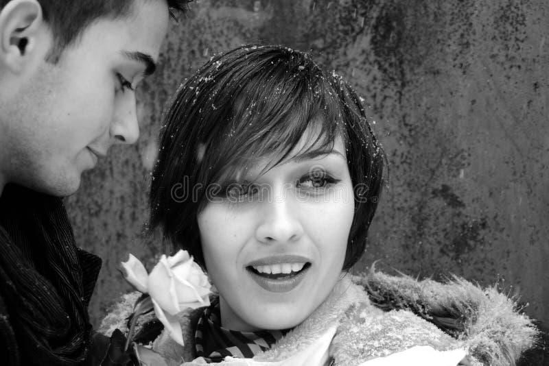 Gente joven feliz en invierno imagen de archivo