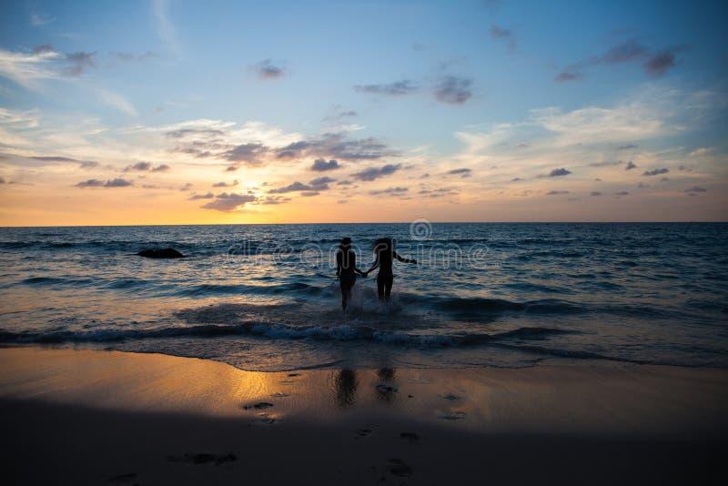 Gente joven feliz en la playa fotografía de archivo libre de regalías