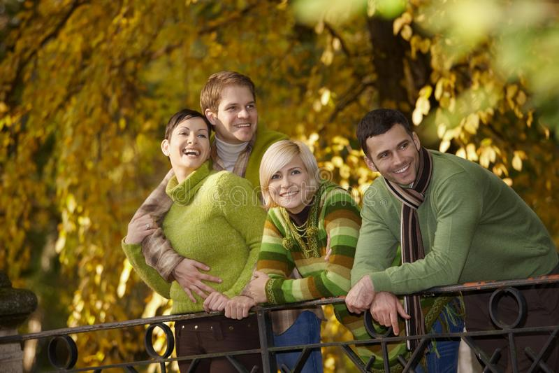 Gente joven feliz en parque del otoño foto de archivo