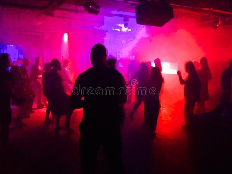 Gente joven que baila en club imagen de archivo libre de regalías