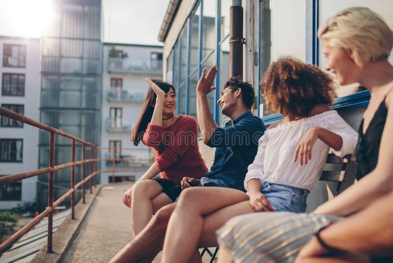 Gente joven que goza en terraza fotografía de archivo libre de regalías