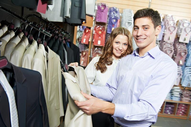 Gente joven que hace compras en la tienda de la ropa imagen de archivo libre de regalías