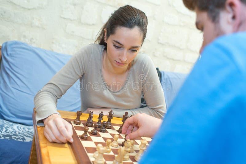 Gente joven que juega a ajedrez imagen de archivo