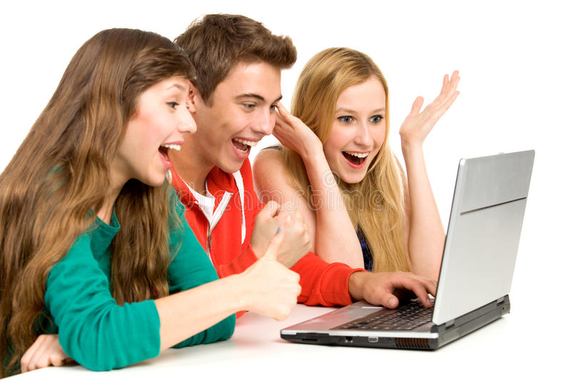 Gente joven que mira la computadora portátil