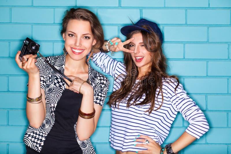 Gente joven que se divierte delante de la pared de ladrillo azul clara fotografía de archivo libre de regalías