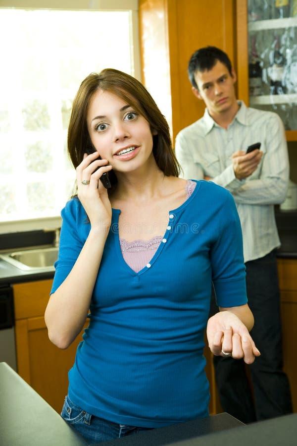 Gente joven que usa los teléfonos celulares fotografía de archivo