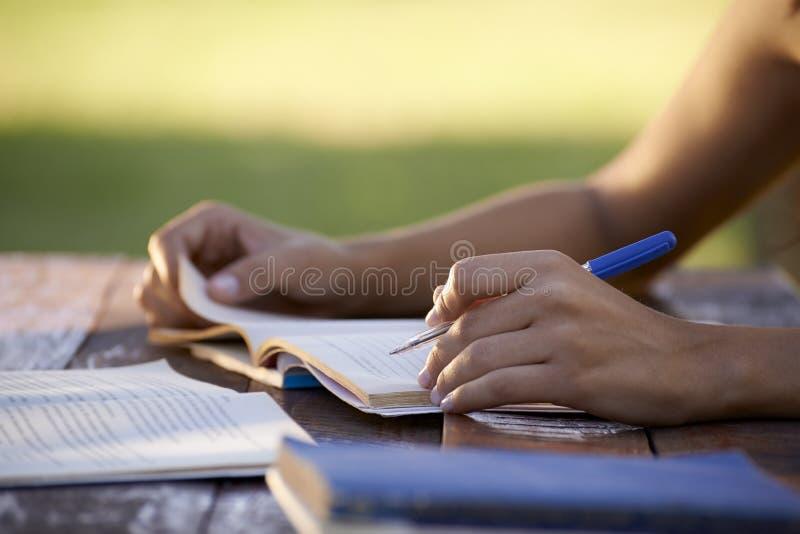 Gente joven y educación, mujer que estudia para la prueba de la universidad fotos de archivo